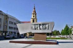 """Valaška je symbol odboja, Jánošík i Zvolenčania ju majú vždy po ruke. Jánošíkova bola zázračná, bojoval s ňou proti vrchnosti, zvolenská slúži na stretávanie. """"Stretneme sa pri valaške"""" je zabehnutá fráza Zvolenčanov. Valaška je miestom, ktoré všetci poznajú, leží na strategickom mieste v centre mesta, v južnej časti námestia SNP. Pamätník SNP """"Valašku"""" odhalli k 30. výročiu SNP r. I974. Na mramorovej doske sa nachádza kovová zväčšenina valašky s figurálnou výzdobou. San Francisco Ferry, Building, Travel, Home, Viajes, Buildings, Ad Home, Destinations, Traveling"""