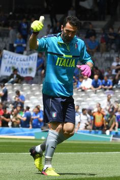 Italy's goalkeeper Gianluigi Buffon gives the thumb up before the Euro 2016 group E football match between Italy and Sweden at the Stadium Municipal in Toulouse on June 17, 2016.  / AFP / PASCAL GUYOT