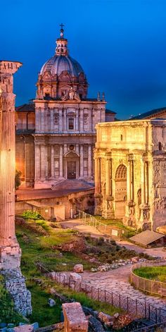 The Roman Forum is a spectacular collection of ruins in Rome #Italy