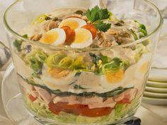 Schichtsalat: herrlicher Hochstapler - schichtsalat-thunsfischsosse  Rezept