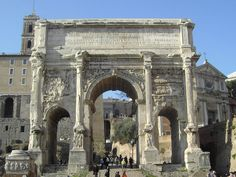 Arco de Septimio Severo  Características:  1. Construcción en mármol blanco que consta de un arco principal encuadrado por otros dos pequeños arcos. 2.El arco central tiene una bóveda semicircular rica en casetones.  3. Altura: 23m 4. Ancho: 25m  5. Profundidad: 11,85m