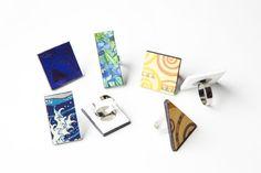 Indossa larte è una linea di accessori che ha come soggetto i quadri più famosi della storia. Questi anelli sono realizzati a mano in forex.  Cosè il forex? E un materiale plastico costituito di PVC espanso o semi-espanso, è un materiale leggerissimo che si presta ad essere indossato.  Anello quadrato Paul Klee, dimensioni: 3x3 cm  Anello quadrato Yves Klein, dimensioni: 3x3 cm  Anello rettangolare Van Gogh, dimensioni: 3,5 x 2,5 cm  Anello triangolare Klimt, dimensioni: 4 x 4 x 3 cm  La…