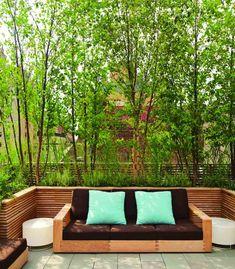 Dachterrasse mit grünen Pflanzen als Sichtschutz