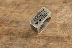 anel masculino Viva La Vida! by QUO. Feito à mão em prata italiana 925.Aplicação de pedra Onix Negra quadrada. #individuality #desire #thoughts