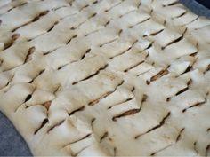 Kanelbullar i långpanna med krämig kanelfyllning Best Chocolate Cake, Chocolate Chip Cookies, Fika, Scones, Baking Recipes, Biscuits, Food And Drink, Sweets, Desserts