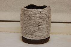 Cacharro de barro negro con esmalte blanco