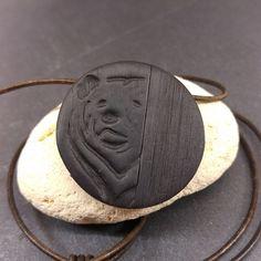 Bijou pour homme  pendentif ours  imitation bois en pâte polymère par minibullecreations