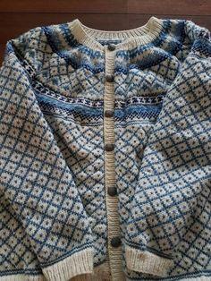 Røverkofta strikket i Merino extra fine, og knappefestene bestilt fra Vågå klær&utstyr