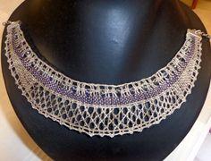 Collar realizado en lino de dos colores con de talle de piedras de cristal