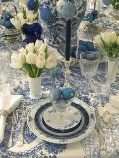 Lovely blue and white Easter table. Would tone down s bit but love the white tulips with antique blue and white china and accessories. Dresser La Table, Beautiful Table Settings, Blue And White China, Love Blue, Decoration Table, Easter Table Decorations, White Decor, Tablescapes, Flower Arrangements