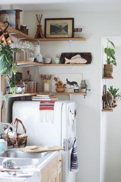 Pad Peek: Anna's Experimental Vintage Boho Home (Justina Blakeney - The Jungalow) Boho Kitchen, Kitchen Nook, Open Kitchen, Kitchen Decor, Kitchen Design, Rustic Kitchen, Kitchen Ideas, Interior Exterior, Interior Design