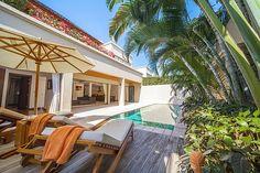 Deze villa is drie slaapkamer woning met een mooie aangelegde tuin en prive zwembad om heerlijk te ontspannen en tot rust te komen. Daarnaast heeft de villa een dakterras, en een interieur voorzien van alle luxe en comfort. Daarnaast is er op het resort uitstekende faciliteiten zoals winkels, cafés, bars en restaurants. Op loop afstand…