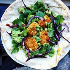 libawrap vegetarisk wrap med morotsnuggets morotsbiffar med ingefära, harissa och vitlök. Serverad med grön tahinisås med persilja
