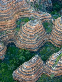 Australie : Appearing like giant beehives, these dome-shaped towers are in Australia's Bungle Bungle Range. Western Australia, Australia Travel, Places To Travel, Places To See, Travel Route, Formations Rocheuses, Patterns In Nature, Natural Wonders, Nature Pictures