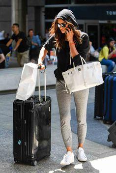 Irina Shayk rocks hoodie and jogger pants Irina Shayk Estilo, Irina Shayak, Sweatpants Outfit, Airport Style, Airport Outfits, Airport Chic, Travel Style, Travel Fashion, Women's Fashion