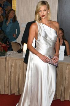 See the Oscar-winning star's style evolution Star Fashion, Fashion Models, Charlize Theron Style, Stylish Older Women, Stella Mccartney Dresses, Dior Dress, Christian Dior Couture, Satin Gown, Couture Dresses