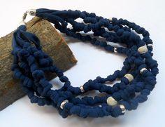 collana in fettuccia annodata di colore blu con di Pausacaffe, €18.00