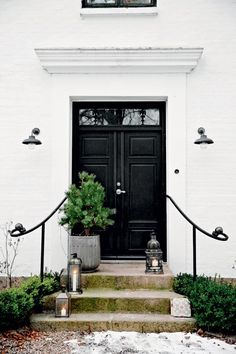 I aspire to have such a front door. 4 Simply Blissful Danish Homes at Christmas - apartment therapy Shabby Chic Christmas, Christmas Home, White Christmas, Estilo Tudor, Black Doors, My New Room, House Tours, Entrance, New Homes