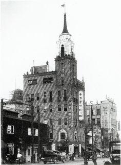 1929(昭和4)年に、地下鉄の出入口を利用し建設された雷門ビル。地下鉄直営食堂を開業し、浅草の一名所となった