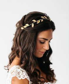 wedding hair with tiara Diadema de hojas Iris Wedding Tiara Hairstyles, Bride Hairstyles, Headband Hairstyles, Down Hairstyles, Soft Wedding Hair, Wedding Headband, Prom Hair Down, Bridal Hair Accessories, Hair Piece