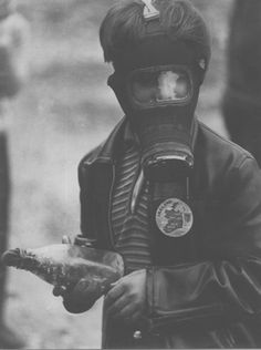 Young Nationalist boy holds a petrol bomb during the battle of the bogside,the event which kicked off the troubles in Northern Ireland Dorothea Lange Photography, Northern Ireland Troubles, Erin Go Braugh, Fotojournalismus, World Conflicts, Old Irish, British Armed Forces, Londonderry, Irish Dance