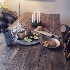 """Tack alla som deltog i min SFS!  Här befinner vi oss i @fridashem_ där hon själv hävdar att det mest finns """"vackert skrot."""" Och det där matbordet är sådär perfekt slitet och rufft som man själv skulle vilja få till det därhemma! @fridashem_ hur har du gjort!? ✨"""