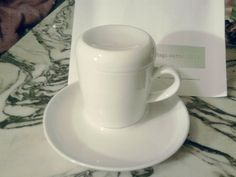 Kahla-Sidroga: Eine Teetasse mit Deckel. Im Deckel ist ein Löchlein für den Teefaden. Tolles Design und eine gute Idee.