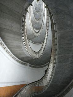 Scala ellittica di Palazzo Mannajuolo.  Liberty.Architetto Giulio Ulisse Arata. Napoli