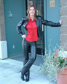 Amateur posing outside building in black leather pants and jacket Leather Tights, Tight Leather Pants, Leather Pants Outfit, Leather Trousers, Leather Overalls, Leather Jacket, Leder Outfits, Outfits Damen, Hot Outfits