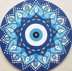 """Mandala Olho Grego   Segundo antigas crenças, os olhos são emissores e receptores de energia. O olho é capaz de liberar energia, tanto positiva, como negativa. Por isso os famosos termos """"mau-olhado"""", """"olho grande"""" e """"olho gordo"""", tão conhecidos na cultura popular brasileira.  Para nos proteger e..."""
