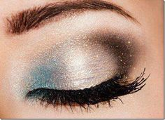 Jr high all over again. This awesome makeup look is made by using shimmery blue and silver eye shadows and is finished with a brown glittery eyeshadow at the ends. A very thin eyeliner and mascara was all that was needed to enhance this eye makeup look. Beauty Make-up, Beauty Hacks, Hair Beauty, Beauty Trends, Beauty Tips, Beauty Products, Love Makeup, Makeup Tips, Makeup Looks