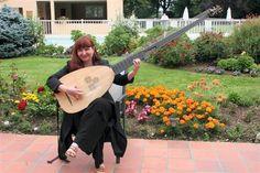 Christina Pluhar et son instrument fétiche, le théorbe. Ce luth-basse, en vogue en France et en Italie aux XVIe et XVIIesiècles, comporte généralement 14 cordes.
