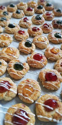 Nálunk ez a süti, a Huszárcsók, de akármi is a neve, elképesztően ízletes és nem is bonyolult! Hozzávalók : tészta 40 dkg liszt 4 tojássárgája 16 dkg cukor 24 dkg margarin 2 citrom reszelt héja 1csipet só Díszítés : sárgabaracklekvár … Egy kattintás ide a folytatáshoz.... → Doughnut, Muffin, Breakfast, Desserts, Food, Morning Coffee, Tailgate Desserts, Deserts, Essen
