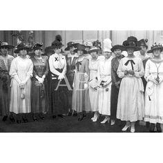 /06/1917 LA CRUZ ROJA EN SAN SEBASTIÁN - LA REINA MADRE DOÑA MARÍA CRISTINA AL SALIR DEL INSTITUTO CON LAS SEÑORITAS, QUE EN LOS EXAMENES CELBRADOS OBTUVIERON EL TITULO DE ENFERMERAS DE LA CRUZ ROJA - FOT R. MARTIN: Descarga y compra fotografías históricas en | abcfoto.abc.es