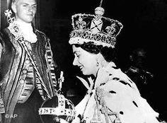 Elizabeth coroada na abadia de Westminster  Em 2 de junho de 1953, a princesa Elizabeth foi coroada rainha do Reino Unido da Grã-Bretanha e Irlanda do Norte. A cerimônia, acompanhada em todo o mundo ao vivo, foi o maior acontecimento da mídia em sua época.