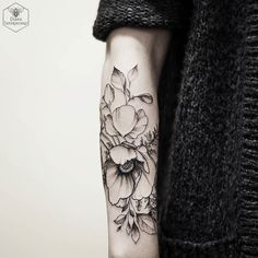 #blacktattoomag #blacktattooart #blxckink #poppies #flowers #blackworkers #blackworkerssubmission #onlyblackart #equilattera #instainspiredtattoos #blxckink #taot #tattooistartmag #skinartmagazine #iblackwork #inkstinctsubmission #skinartmagazine #tattooistartmag #tatto2me Tattoo shared by dianaseverinenko
