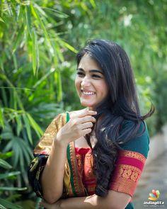 Shalini Pandey Beautiful Photos & Mobile Wallpapers HD (Android/iPhone) - My Best Makeup List Hollywood Actress Photos, Hollywood Heroines, Indian Actress Photos, South Indian Actress, Beautiful Girl Indian, Beautiful Indian Actress, Beautiful Women, Beautiful Saree, Hot Actresses