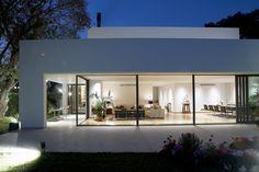 Fra type til moderne arkitektur Minimal Architecture, Modern Architecture House, Interior Architecture, Bungalow, Arch House, Modern Barn, Small House Design, Villa, House In The Woods