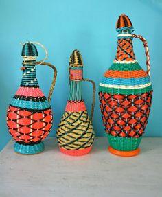 Trio de bouteilles scoubidou vintage en très bon état.Hauteur grande : 36cmHauteur moyenne : 31cmHauteur petite : 28cm