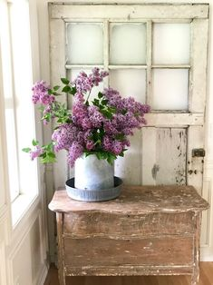 Love the chippy sode table and the old window frame. Purple lilacs are a great w. - Love the chippy sode table and the old window frame. Purple lilacs are a great way to decorate for - Shabby Chic Vintage, Shabby Chic Kitchen, Shabby Chic Homes, Shabby Chic Decor, Vintage Home Decor, Rustic Decor, French Country Rug, French Country Decorating, Cottage Decorating