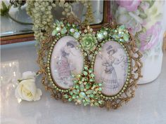 Bejeweled Green Vintage Double Oval Frame From The Collection By Debbie Del Rosario-Weiss, Shabby Chic Picture Frames, Oval Picture Frames, Picture Frame Decor, Oval Frame, Vintage Jewelry Crafts, Vintage Costume Jewelry, Jewelry Frames, Jewelry Art, Beaded Bouquet