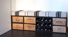 Aujourd'hui, j'ai l'immense honneur et l'extrême fierté de vous présenter notre meuble d'entrée, créé de toutes pièces par Monsieur ♡ De la conception à la couture de la housse (oui !), en passant par le ponçage des caisses à vin, il a absolument tout fait. Bon, j'ai quand même aidé à mettre un petit coup …