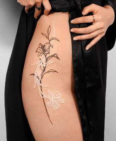 Try White Ink Out Tattoo To Hide From Your Parent Diskrete Tattoos, Dainty Tattoos, Dope Tattoos, Pretty Tattoos, Beautiful Tattoos, Body Art Tattoos, Tattos, Woman Body Tattoo, Spine Tattoos