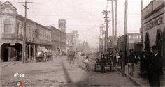En la esquina de Avenida Hidalgo y Ramos Arizpe se ubicaba el Hotel Iberia (izquierda). En la foto se aprecia también la casa de Simón Lack con su famoso reloj. Cuando esta edificación se derribó, el reloj fue reubicado al cruce de Avenida Juárez y Juan Antonio de la Fuente.