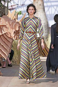 Desfile de Dior Alta Costura otoño-invierno 2017-2018. París. (Parte II) Evidentemente, hay grandeza, fuerza y orgullo. La colección es una exploración de poder.  El mundo es de Dior, pero también de Mujer Dior. La que sabe conquistar. La que toma el poder. #coleccion #desfile #Dior #altacostura #semanadelamoda #paris #blog #fashion #fashionblog #collection #mariagraziachiuri #luxury #style #designer #design #details #hautecouture
