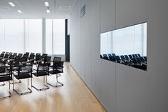 Kvadrat Soft Cells have been chosen for the PricewaterhouseCoopers offices at the sustainably designed SKYGARDEN office complex, located in the heart of Munich. A total of 80 Soft Cells Broadline panels, in a variety of different colours, are placed in areas where acoustic conditions are particularly important; for instance, public areas and video conferencing rooms. Architect: BRT Hamburg