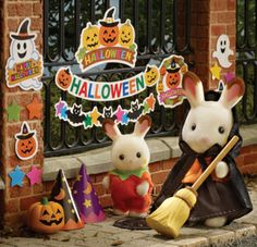 Halloween Dressing Up Set    Halloween is the Sylvanians' favourite autumn event! Dressing up, trick-or-treating and having fun with family & friends is what it's all about!