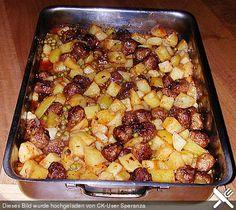 Deutsche Hackbällchen auf  italienischen Ofenkartoffeln und Tomaten
