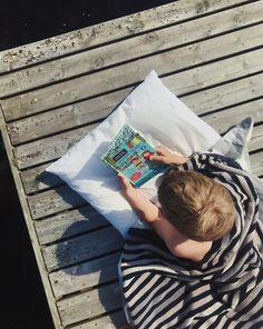 Lasse-Maijan kesälomakirja tarjoaa hauskaa luettavaa ja ratkottavaa alakouluikäisille. Lyhyen tarinan ohessa kirjasta löytyy myös väritystehtäviä, ystäväsivuja, salakielisiä viestejä, lautapeli ja paljon muuta puuhaa. n#kirjakesäloma Picnic Blanket, Outdoor Blanket, Picnic Quilt