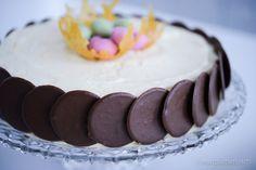 Hej hej  Påsken närmar sig! Här kommer en smarrig påsktårta (coop) som man antingen kan göra på färdiga tårtbottnar eller baka egna enligt receptet. Det sistnämnda blir lite saf…
